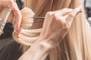 Trockenhaarschnitt bei Dame mit blonden Haaren